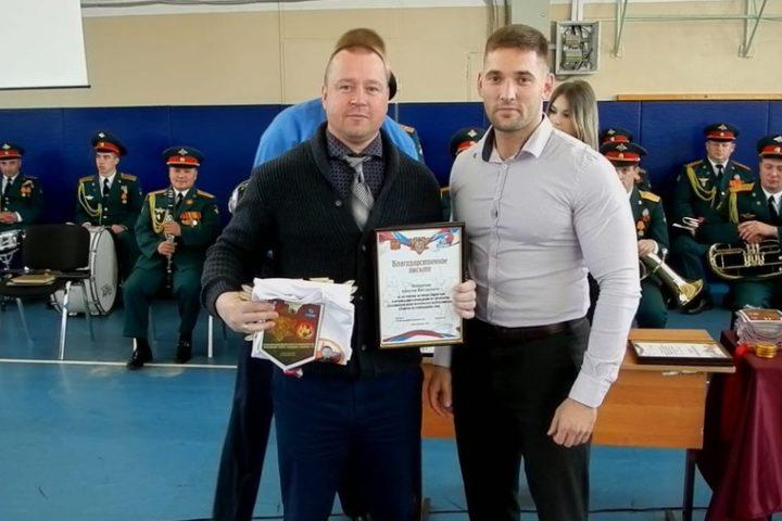 главный судья турнира Понкратов Алексей (слева), президент Сахалинской федерации рукопашного боя Боровиков Александр (справа)